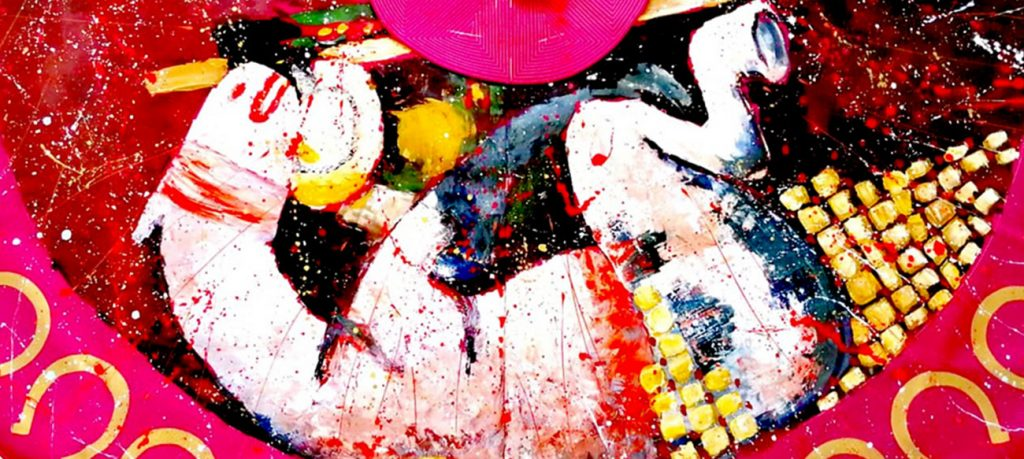 La Fiesta no está exenta de riesgo y la imaginación de Alexandra ha querido situarlo en un picador caído bajo su caballo derribado por el toro al realizar la suerte de varas. Cosas que pasan. Pero para eso están los capotazos y a buen seguro que los monosabios resolverán la situación satisfactoriamente volviendo a colocar al caballero sobre su montura. ¡Y a mí que el capote me parece la ecografía de un útero gestando a un caballo! ¿Quién da más? Dos cuadros por el precio de uno. Es lo que tiene Alexandra: su desbordante imaginación contagia al espectador.