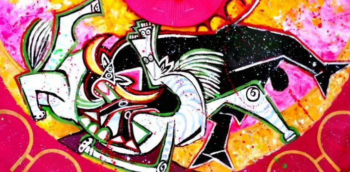 """Nuevamente Picasso aumenta su gloria gracias a Alexandra del Bene que vuelve a inspirarse en el sobrepuesto lienzo """"Guernica"""" para realzar al mito y dar color a esta sombría pintura a pesar de la bombilla que simbolizaba la enfermería de la plaza. Atención, porque el reloj de la Maestranza, cuya arcada enmarca el capote, se acerca a las cinco de la tarde. Algo mágico se presagia en esta hora tan taurina inmortalizada por García Lorca. No puede haber más gracia y más arte que en este capote pinturero."""
